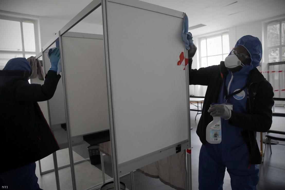 A tüdőgyulladást okozó új koronavírus járványa megfékezésének érdekében fertőtlenítik a szavazófülkéket a Párizs melletti Neuilly-sur-Seine-ben a francia önkormányzati választások első fordulójának előestéjén 2020. március 14-én.