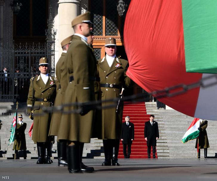 Áder János köztársasági elnök (j) és Kövér László, az Országgyűlés elnöke az Országház előtt, a Kossuth Lajos téren, ahol katonai tiszteletadással felvonták Magyarország lobogóját az 1848-49-es szabadságharc és forradalom kitörésének 172. évfordulóján, 2020. március 15-én