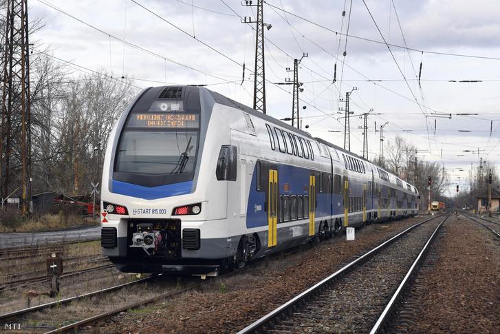 Az új emeletes FLIRT villamos motorvonat a jármű próbaútján a Rákospalota-Újpest vasútállomáson 2019. november 29-én.