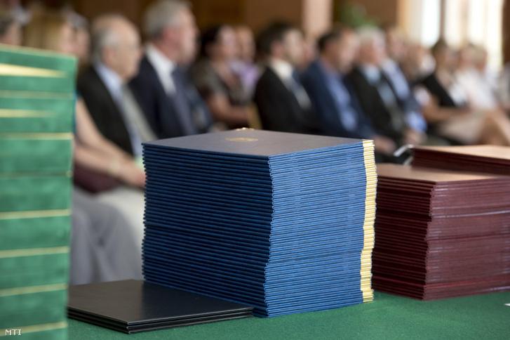 Oklevelek sorakoznak az Országos Középiskolai Tanulmányi Verseny korábbi díjkiosztó ünnepségén