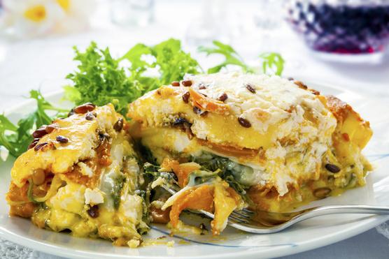 Articsókát,aszalt paradicsomot, spenótleveleket és hagymakarikákat is rétegezhetsz a csirke és burgonya közé.