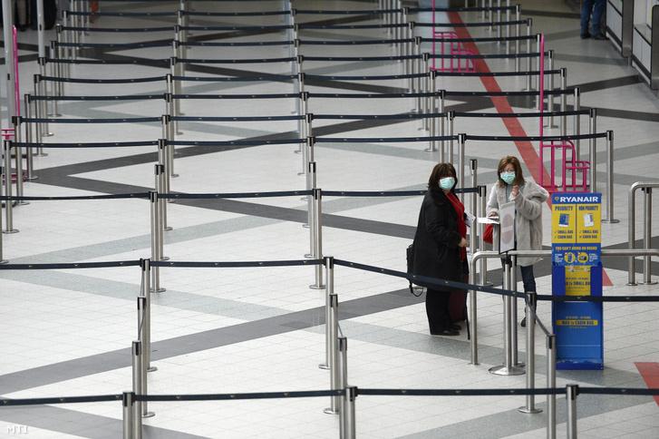 Utasok a Liszt Ferenc-repülőtér 2B terminálján 2020. március 12-én.