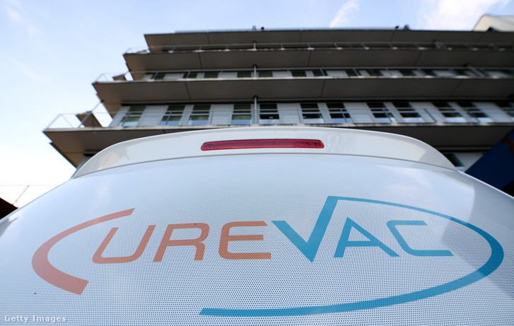 A CureVac vállalat autója a németországi Tubingenben 2020. március 15-én.
