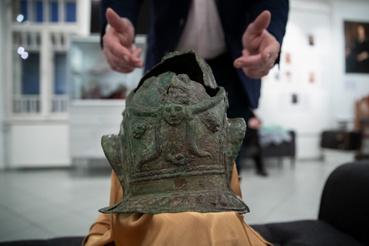 Egy pszeudo-attikai lovassági díszsisakot is feltártak az ásatás során, amit nem harci cselekmények alkalmával, hanem katonai ünnepségek során viseltek. A képen látható példány egy sorozat része, amely a katonát és a lovat díszítő elemekből áll.