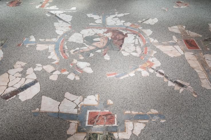 A Klapka György Múzeumban homokágyon nyugszik a kozmológiai jelenetet ábrázoló falfestmény.