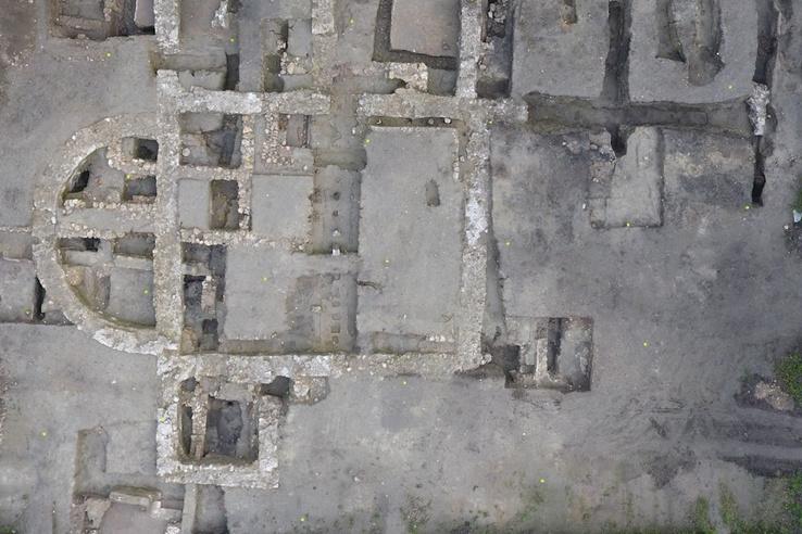 A Valentinianus-kori apszisos épületet szerkezete gyönyörűen kirajzolódik a légifotón.