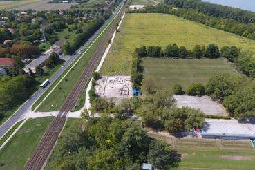 A feltárt apszisos épület a lelőhelyről készült légifotón.