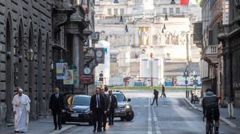 Róma üres utcáin vonult a pápa. Régi járványellenes kegytárgyaknál imádkozott