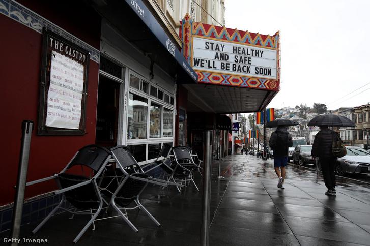 A San Franciscóban található Castro mozi utcafrontja. A mozi bezárt a 250 fő feletti összejövetelek tiltása miatt 2020. március 15-én