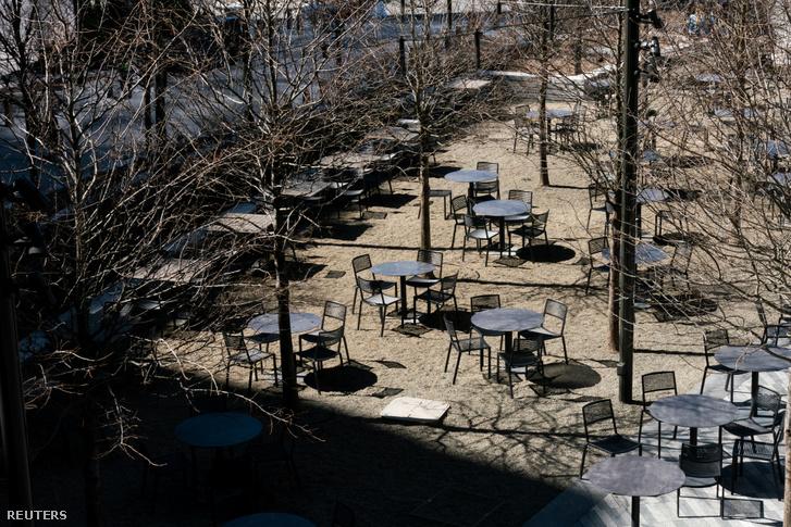 Üres székek egy manhattani kerületben New Yorkbana mai napon
