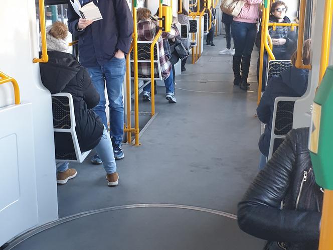 A 2-es villamos a reggeli csúcsforgalom idején 2020.03.16-án, az első olyan hétköznapon, amikor már nincs tanítás az iskolákban.