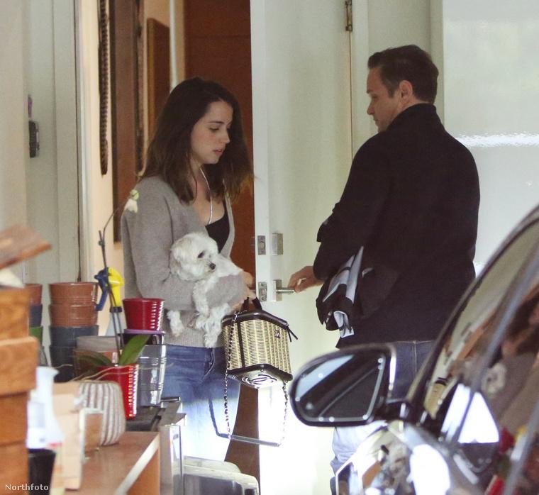 Az vajon ott Ben Affleck, vagy csak egy random arc, aki velük utazott haza? Mindenesetre ő már iszkolna is ki a képből