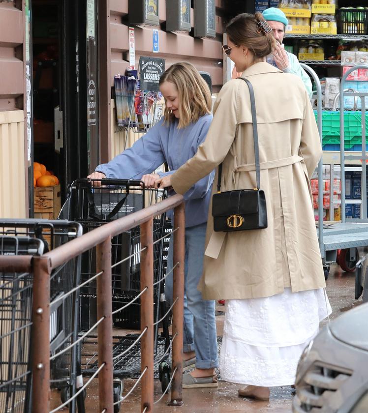 Bár Amerikában még nem olyan válságos a koronavírus-helyzet, mint Európában,Angelina Jolie is bevásárlóútra indult lányával, mielőtt még elfogyna a liszt, és nem tud pogácsát sütni gyerekeinek.