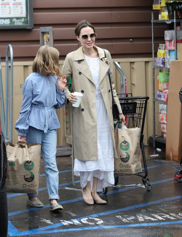 Mint láthatja, a színésznőék még nem a világvégére készülnek, csak 1-1 papírtáskányi élelmiszert vettek, na meg Jolie-nál van egy pohár kávé