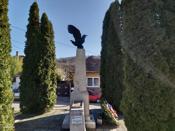 A rendszerváltás után újra felállított turulmadaras emlékmű, már rajta az 1956-os áldozatok táblájával.