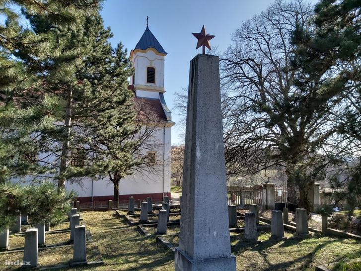 1956-ban fel akarták robbantani a szovjet katonai emlékművet is a kesztölci temetőben, de a közeli templomtornyot és sírokat féltve erről végül lemondtak.