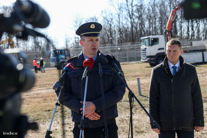 Orosz Zoltán, a Bünetetés-végrehajtás Országos Parancsnokságának szóvivője az építkezés helyszínen tart sajtótájékoztatót 2020 március 16-án