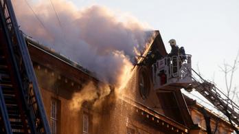 Tűz ütött ki a szekszárdi börtön tetején
