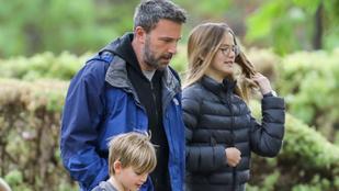 Véget ért Ben Affleck szerelmes nyaralása, otthon egyből a gyerekeihez ment