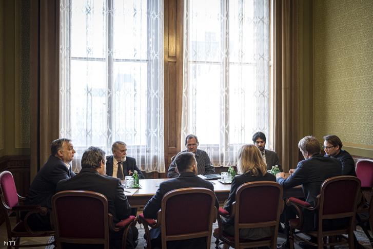Orbán Viktor miniszterelnök (balra) virológus professzorokkal egyeztet a koronavírus-járvány megelőzése érdekében szükséges intézkedésekről parlamenti dolgozószobájában 2020. március 16-án