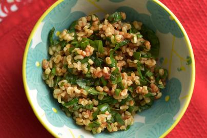 Gazdagon zöldfűszeres saláta medvehagymával és bulgurral – Laktató, mégis könnyű