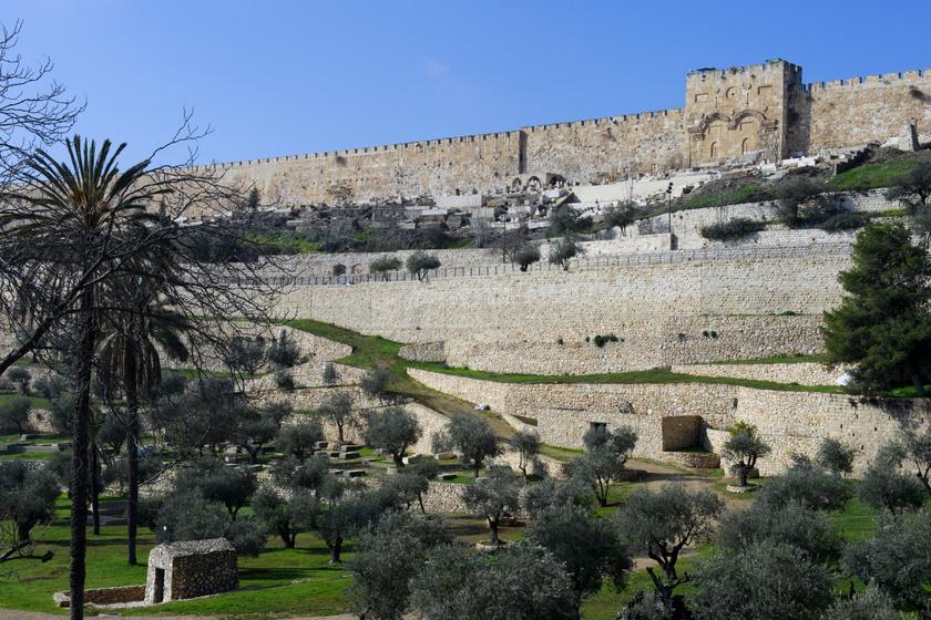 A híres kert Jeruzsálem óvárosától keletre található, az Olajfák hegyének lábánál, ahol Jézus is szívesen töltötte az idejét.