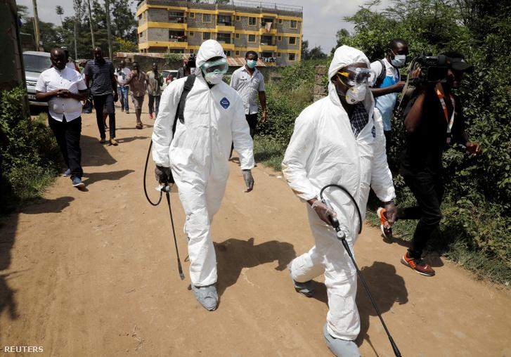 Fertőtlenítést végző védőruhás egészségügyi dolgozók Kenyában.