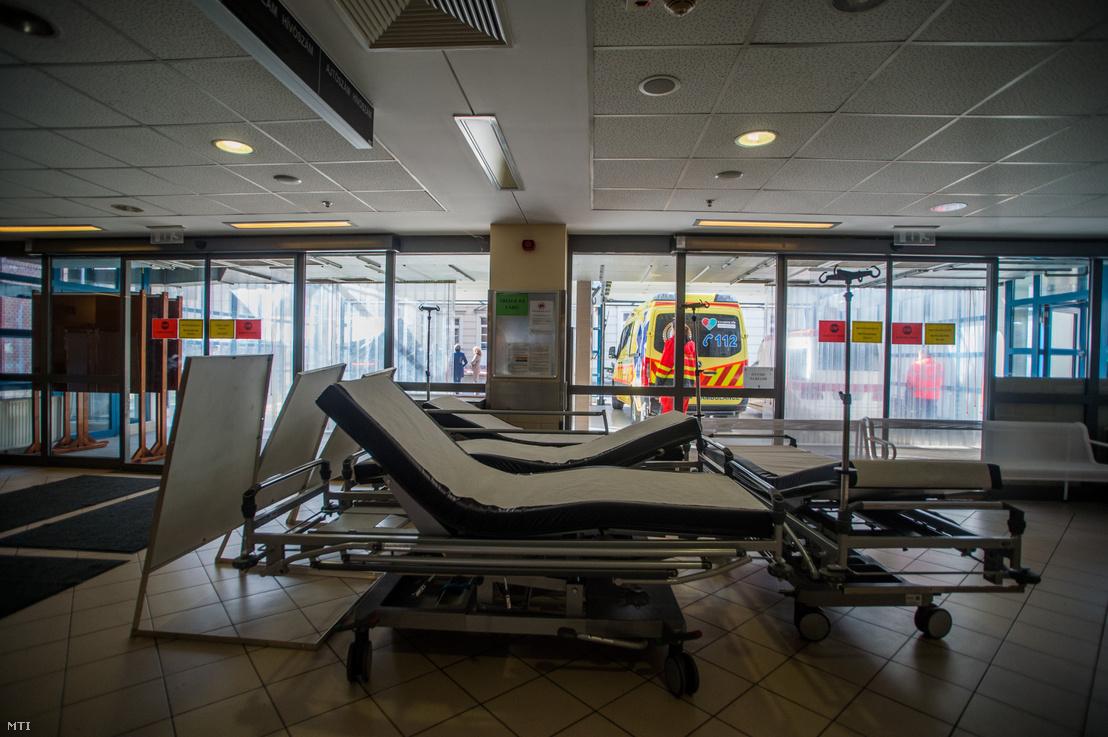 Üres ágyak a Honvédkórház elõcsarnokában