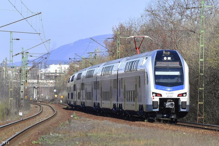 A Budapest-Cegléd vonalon utasforgalmi próbaüzemben elindított első emeletes KISS motorvonat a Zugló vasúti megállóhelyen 2020. március 15-én.