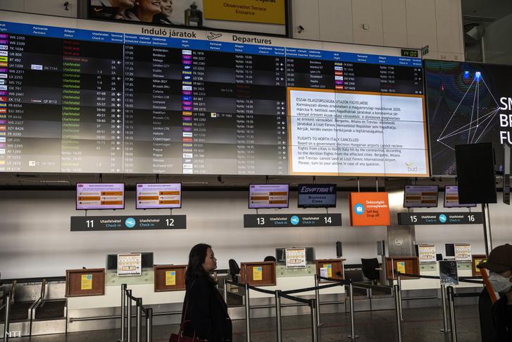 Járatinformációs tábla a Budapest Liszt Ferenc Nemzetközi Repülőtér B terminálján 2020. március 10-én. A koronavírus miatt a Wizz Air és a Ryanair is szünetelteti olaszországi járatait a Wizz Air az izraeli járatokat is felfüggesztette.