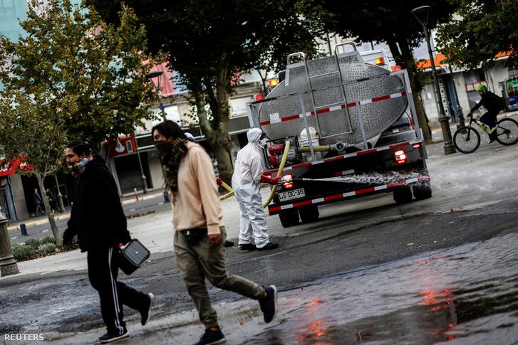 A tüdőgyulladást okozó új koronavírus járványa megfékezésének érdekében fertőtlenítik az utcákat Chilében 2020. március 16-án