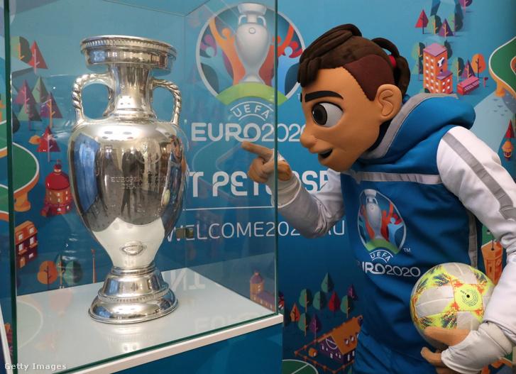 Skillzy, a futball-Eb kabalafigurája Moszkvában, az orosz külügyminisztériumban