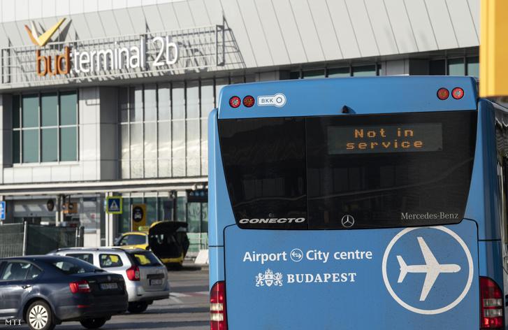 Parkoló a Liszt Ferenc-repülőtéren 2020. március 17-én. Éjfélkor a repülőtéren is életbe lépett a határzár, de a magyar állampolgárok továbbra is beléphetnek az országba.