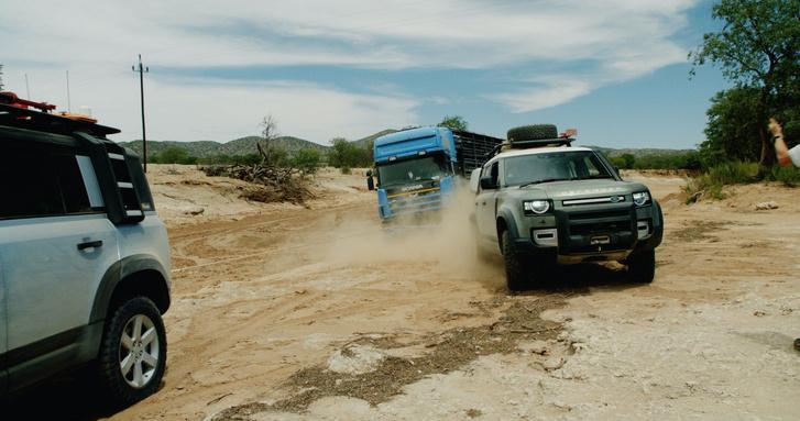 Pair-of-2020-Land-Rover-Defender-SUVs-rescue-semi-truck-stuck-in