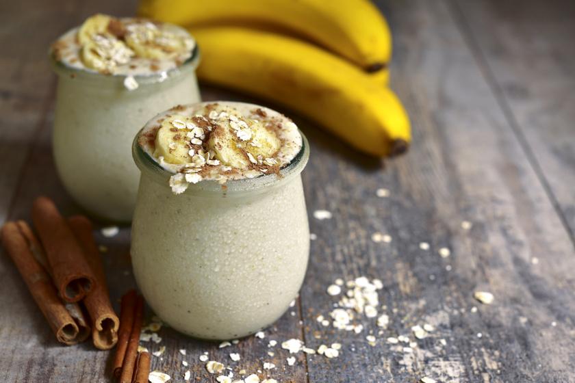 A zabpelyhes, fahéjas, szerecsendiós, banános turmix tökéletes választás egy egészséges és tápláló reggelihez, ami sokáig laktat.