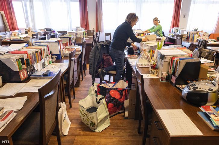 Pedagógusok összepakolják az otthonról történő tanításhoz szükséges dolgokat a Zrínyi Ilona Gimnázium tantestületi szobájában Nyíregyházán 2020. március 16-án