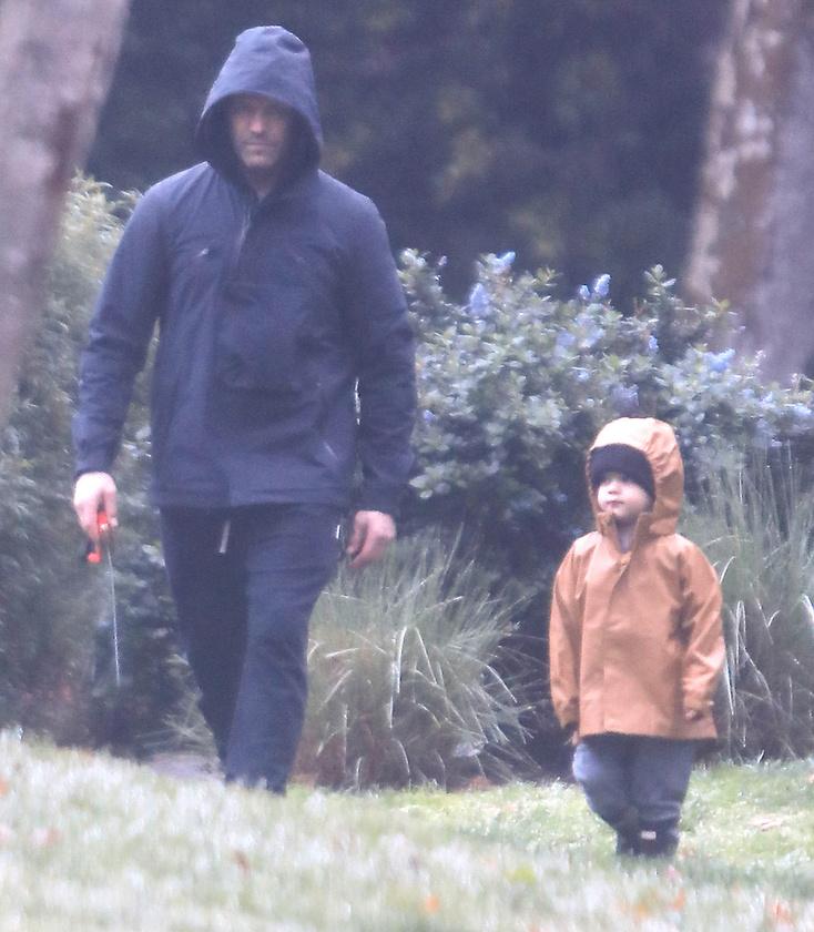 Apa és fia múltkor Rosie Huntington-Whiteley társaságában indultak sétára, akkor éppen egy fénykardot cipeltek magukkal