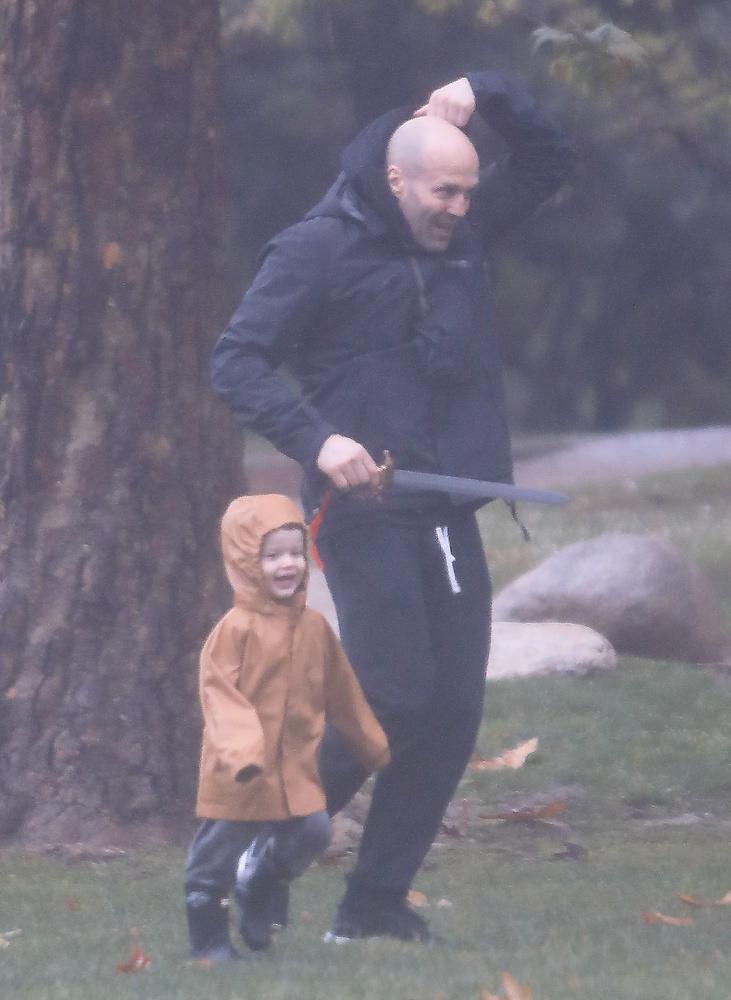 Íme Jason Statham, aki általában komoly arccal teszi el láb alól a rossz fiúkat filmjeiben, most éppen apa szerepet játszik hatalmas beleéléssel.