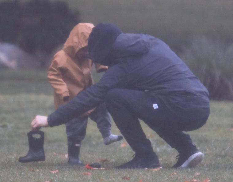 Itt valami történhetett a kisfiú apró gumicsizmácskájával, de apa rögtön a segítségére sietett.