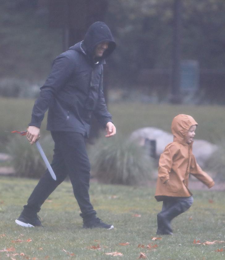 Első blikkre kissé ijesztő lehet ez a fotó, de nem, ez nem egy morbid felvétel az Assassin's Creed forgatásáról, csupán Jason Statham, és 2 éves kisfia, Jack.