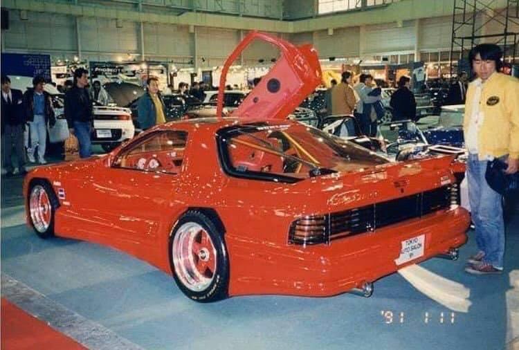 A kor irányzatait magán viselő Mazda RX-7