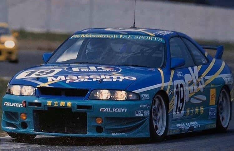 Az R33-asnak akkoriban nagyon kevés ellenfele volt versenypályán
