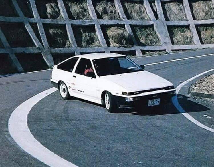 Erről az autóról valaha készült olyan kép, amin nem driftelve halad?
