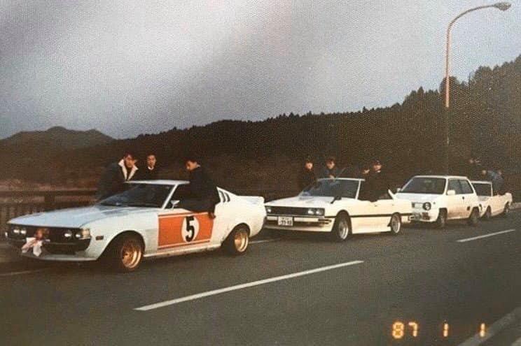 A fotó szerint 1987-es kép, a Celica viszont már itt is legalább 10 éves