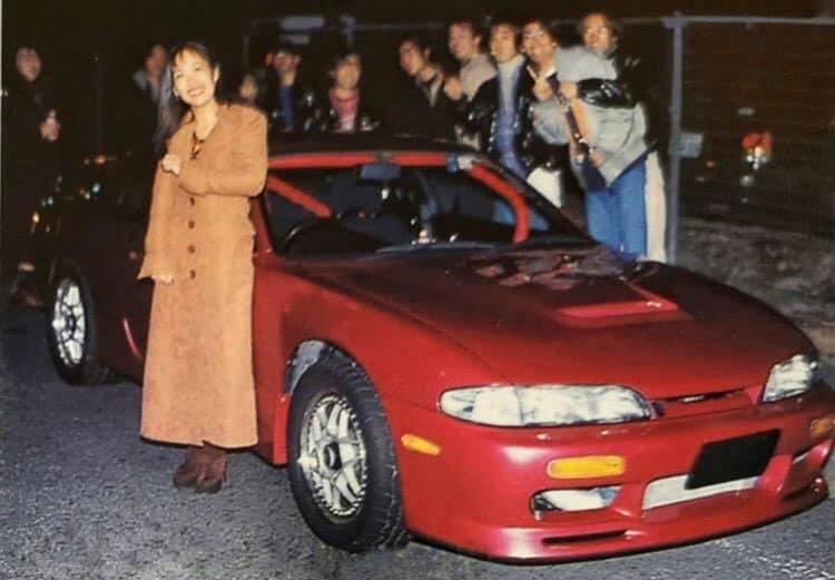 Az tanítónéni talán egy rendesen megépített Mitsubishivel pózol
