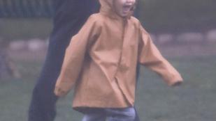 Jason Statham kisfia még mindig imádja a kardokat