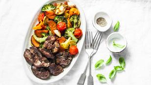 Csirkemáj édesburgonyával és borsóval – egyszerű egytálétel, ami gyors vacsora lehet