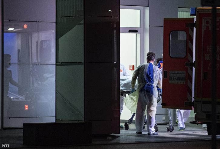 Beteggel érkeznek mentősök a Düsseldorfi Egyetemi Kórház fertőző osztályára