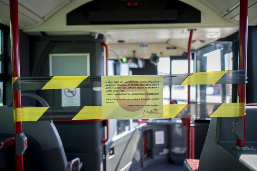 Az első ajtó és a sofőrfülke melletti lezárás a pécsi Tüke Busz Zrt. autóbuszán.
