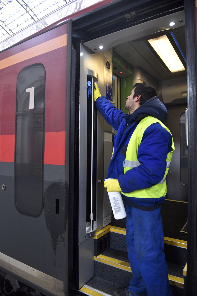 Egy Railjet-szerelvény fertőtlenítése a Keleti pályaudvaron.